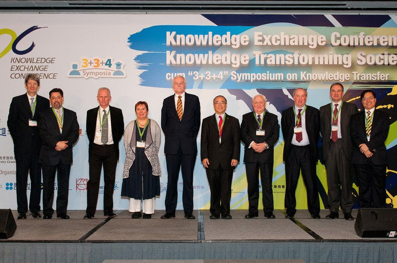 From left: Professor John Bacon-Shone (HKU; Co-chairman of Organizing Committee), Mr Jerry de la Harpe (The University of Melbourne, Australia), Professor John Houghton (Victoria University, Australia), Professor Kim Knott (University of Leeds, UK), Professor dr. Maurits van Rooijen (Nyenrode Business Universiteit, The Netherlands), Professor Walter Yuen (PolyU), Sir Brian Fender (The Institute of Knowledge Transfer, UK), Professor Christopher Megone (University of Leeds, UK), Mr Tom Hockaday (Isis Innovation Ltd, UK), Professor Paul Cheung (HKU; Co-chairman of Organizing Committee)