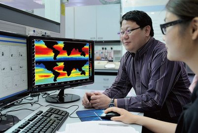 Professor Kenneth Leung and his team member using their developed model to predict metal toxicity in different marine environments across the globe
