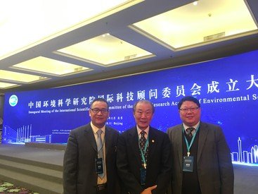 Professor Kenneth Leung (right) collaborating with Professor Feng-chang Wu (left), Director of State Key Laboratory of Environmental Criteria and Risk Assessment at Chinese Research Academy of Environmental Sciences (CRAES) and Academician of Chinese Academy of Engineering to jointly tackle this global issue