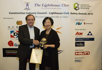 Professor Steve Rowlinson (left) received the Golden Helmet Award for safety leadership in 2015 from the CIC and Lighthouse Club (HK)