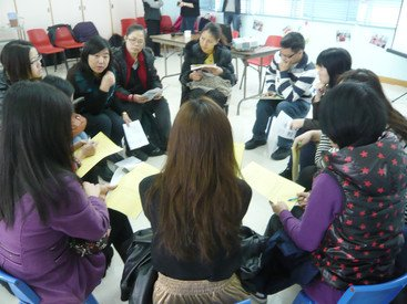 Dr Yang Yanqi (back row, 2nd from left) in discussion with parents of preschoolers