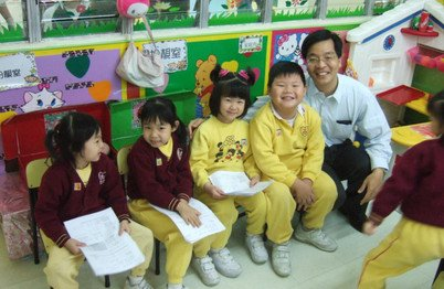 Dr Chun-Hung Chu with children of one of the participating kindergartens to promote oral health